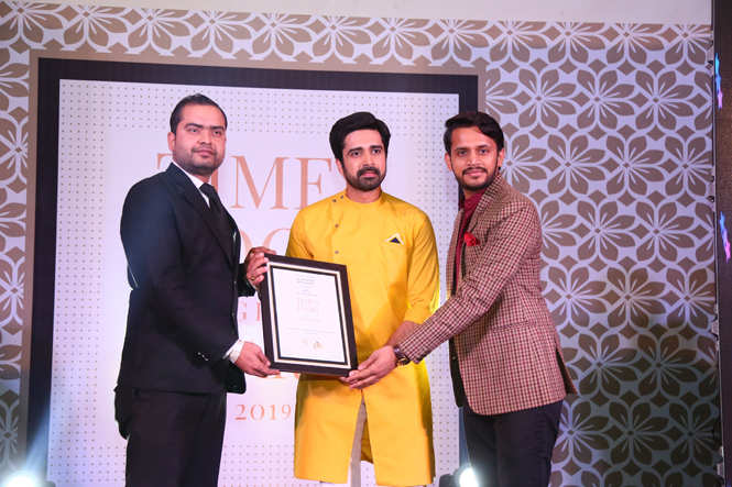 Mixologist of the Year (Nightlife)-Jaipur Bar Stock Exchange (JBSE) Mixologist Vikash Singh (L) and Ravi Sharma receive the award from TV actor  Avinash Sachdev