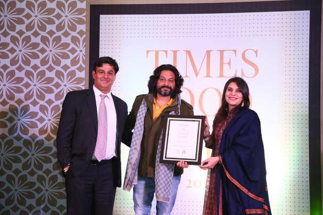Best Mithai Shop (Casual) Kesar Sweets  -Daljeet (L) and Divya Arora receive the award from Bollywood singer Ravindra Upadhyay