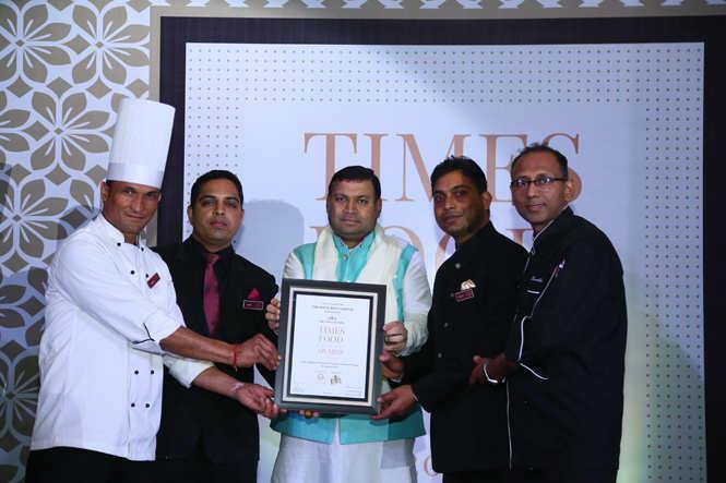 Best North Indian (Premium) The Royal Root Chef Vinod Mamgai, Amar Singh, Sanjay Sisodia, Chef Sudhir Sharma receive the award from culturist Sundeep Bhutoria