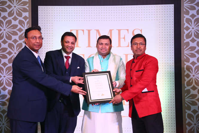 Bar with Best Ambience Culturist Sundeep Bhutoria gives away the award to (L-R) Ram Rathore, Rishabh Bundela and chef Asish Roy of Steam (3)