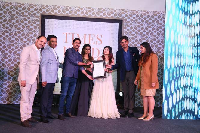 Best BarPub Bigg Boss 12 contestants Saba and Somi Khan give away the award to  Sonal Sajwan, Brijesh Kumar, Dharmender Kumar, Veerendra Meel and Abha Meel of Jaipur Adda (2)
