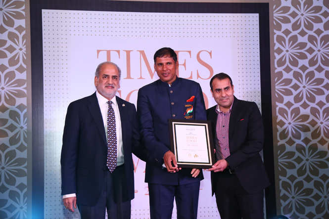 Best Multi Cuisine Javelin thrower Devendra Jhajharia gives away the award to Rajneesh Pardal and Hamit Pardal of Niros (3)