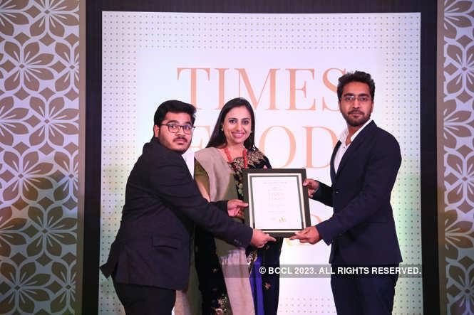 Best Coffee Bar Businesswoman Vinnie Kakkar gives away the award to Saif and Shokat Panwar of café Lazy Mojo