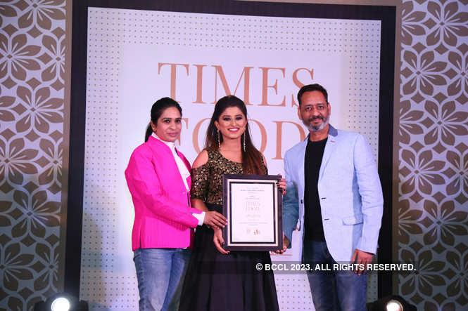Best Italian Bigg Boss 12 contestant Somi Khan gives away the award to Rinku and Ashwini Joshi of Mamu's Infusion