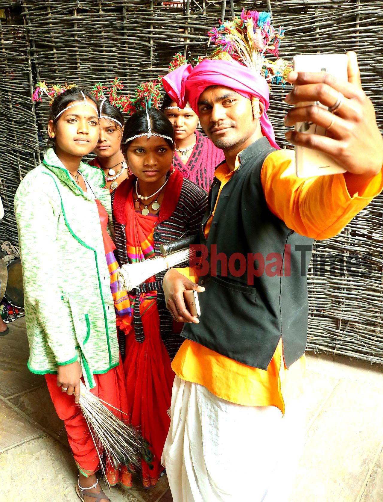 chal beta selfie lele re