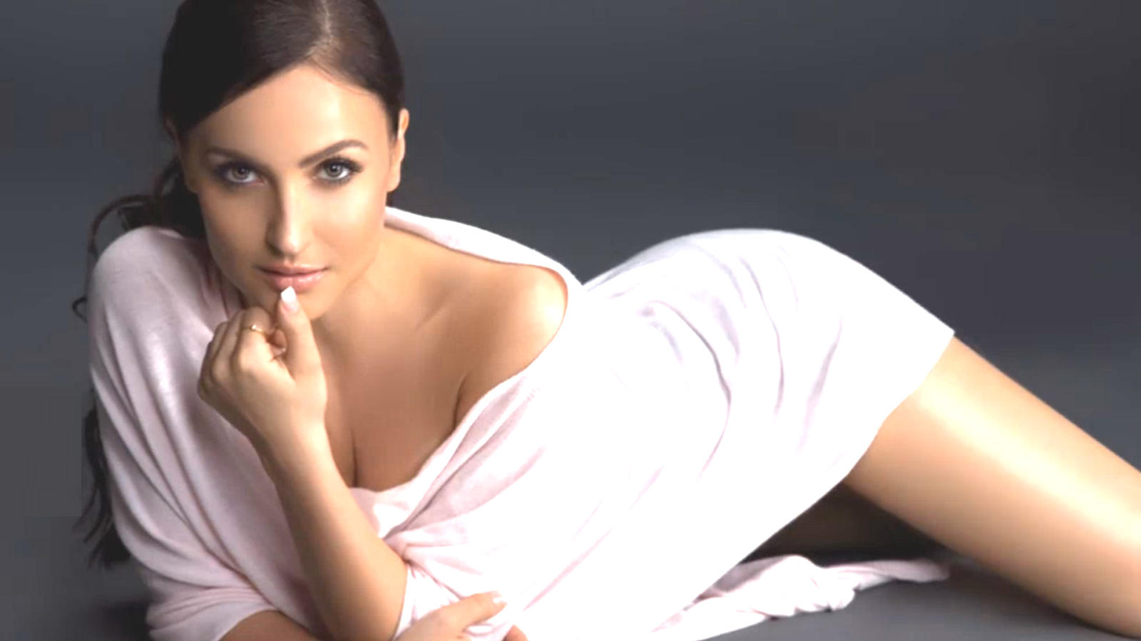Elli AvrRam dubs for herself in Tamil and Kannada