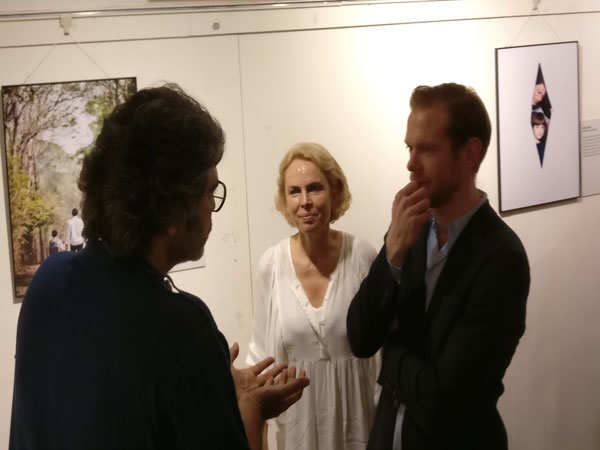 Avinash-Gowarikar-in-animated-conversation-with-Swedish-CG-&-PhotograherJJohan-Bavman
