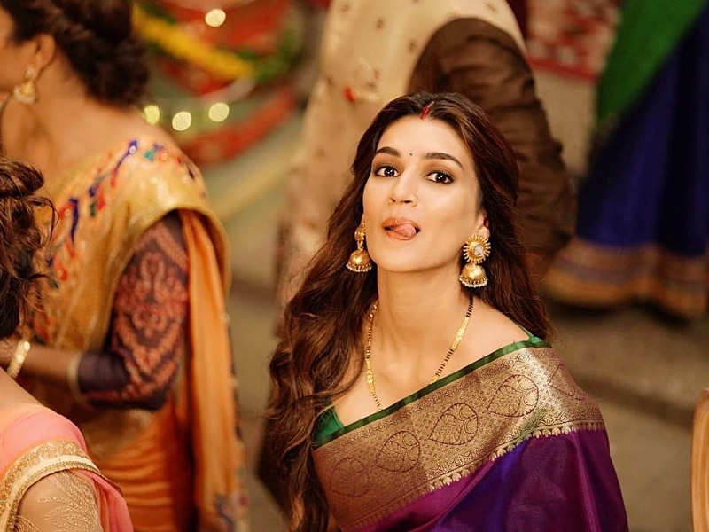 This BTS picture of Kriti Sanon from the song 'Tu Laung Main Elaichi' of 'Luka Chuppi' is absolutely cute