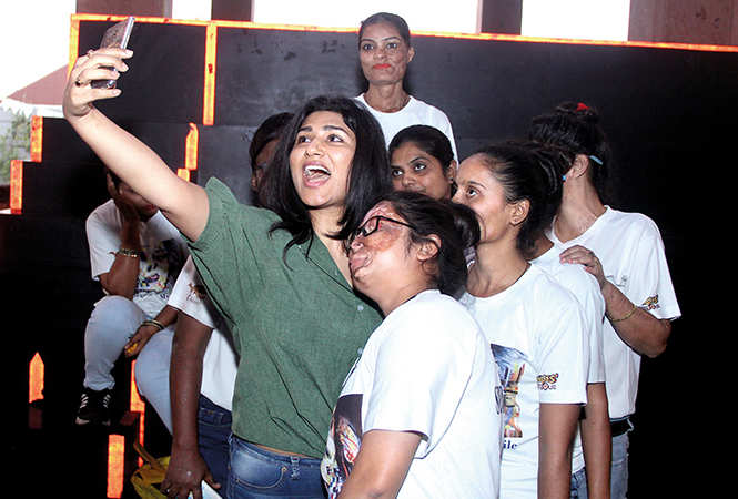 Shashaa clicks a selfie with the acid attack survivors at a cafe run by them (BCCL/ Aditya Yadav)