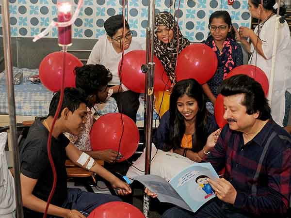 2Ghazal-Maestro-Pankaj-Udhas-,Spreading-smile-through-music--with-Thalassemic-patients-at-St-George-Hospital-on-Thursday-,-He-will-Perform--on-Saturday-at-Nehru-Centre-,-Worli-to-aid-their-treatment--Photo-9