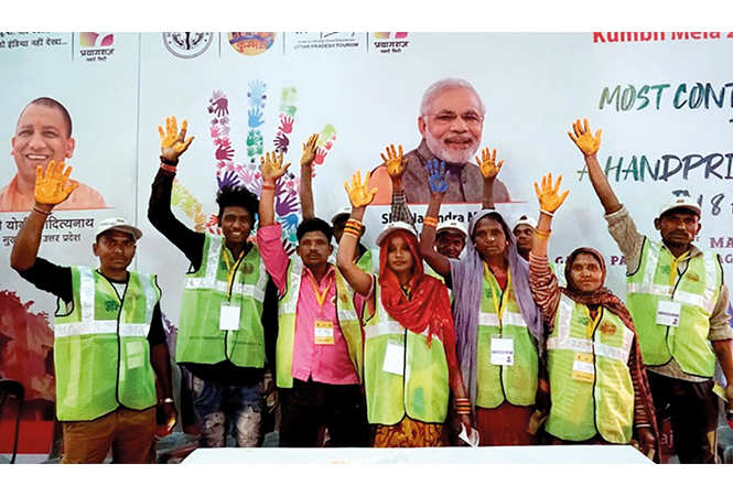 Sanitation workers also contributed in making the painting (BCCL/ Pankaj Singh)