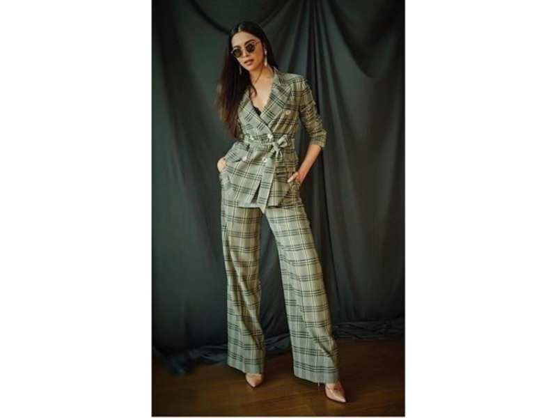 Deepika Padukone looks stunning in everything and she proved that yet again  with this chic pantsuit look. Try and opt for a pantsuit like she has with  solid ... a3aafec57