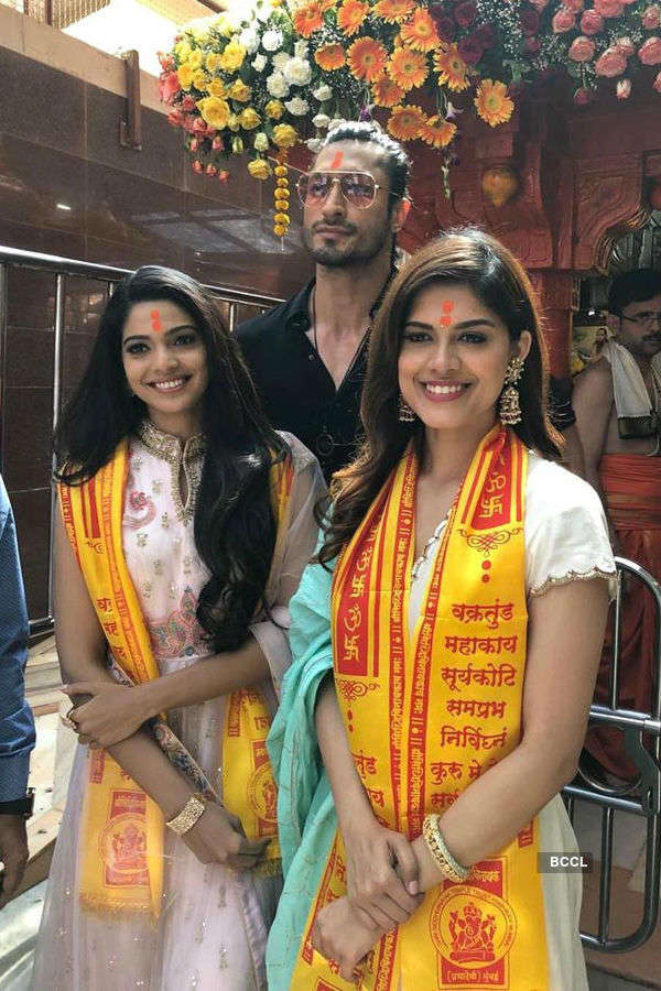 Asha Bhat visits Siddhivinayak temple with the cast of 'Junglee'