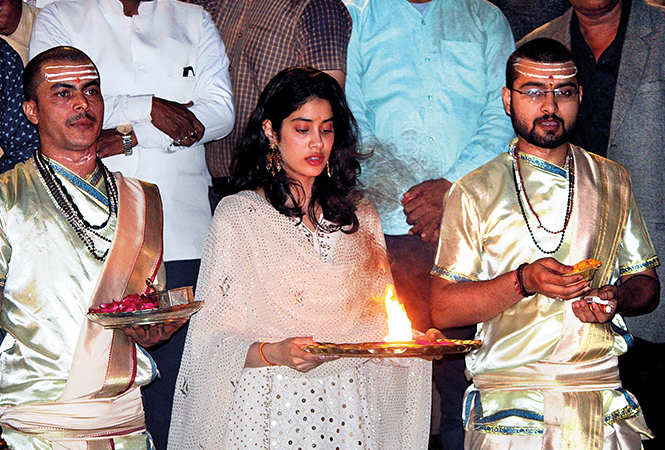 Janhvi performing Ganga Aarti (BCCL/ Arvind Kumar)