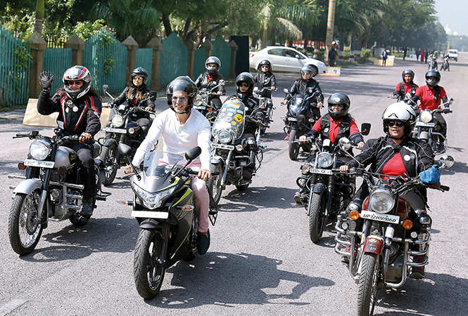 Akshay Kumar leading a team of women bike riders at Sahara Shehar, Lucknow (BCCL/ Aditya Yadav)