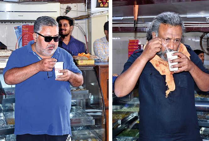 Manoj Pahwa (L) and Anubhav Sinha having chilled lassi in Chowk area (BCCL/ Vishnu Jaiswal)