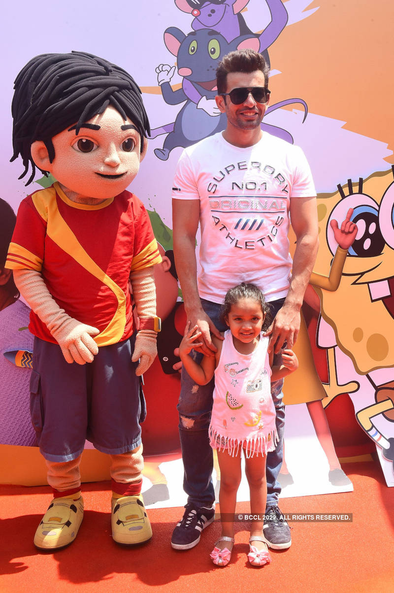Karanvir Bohra hosts Holi party for adorable twins Vienna and Ray