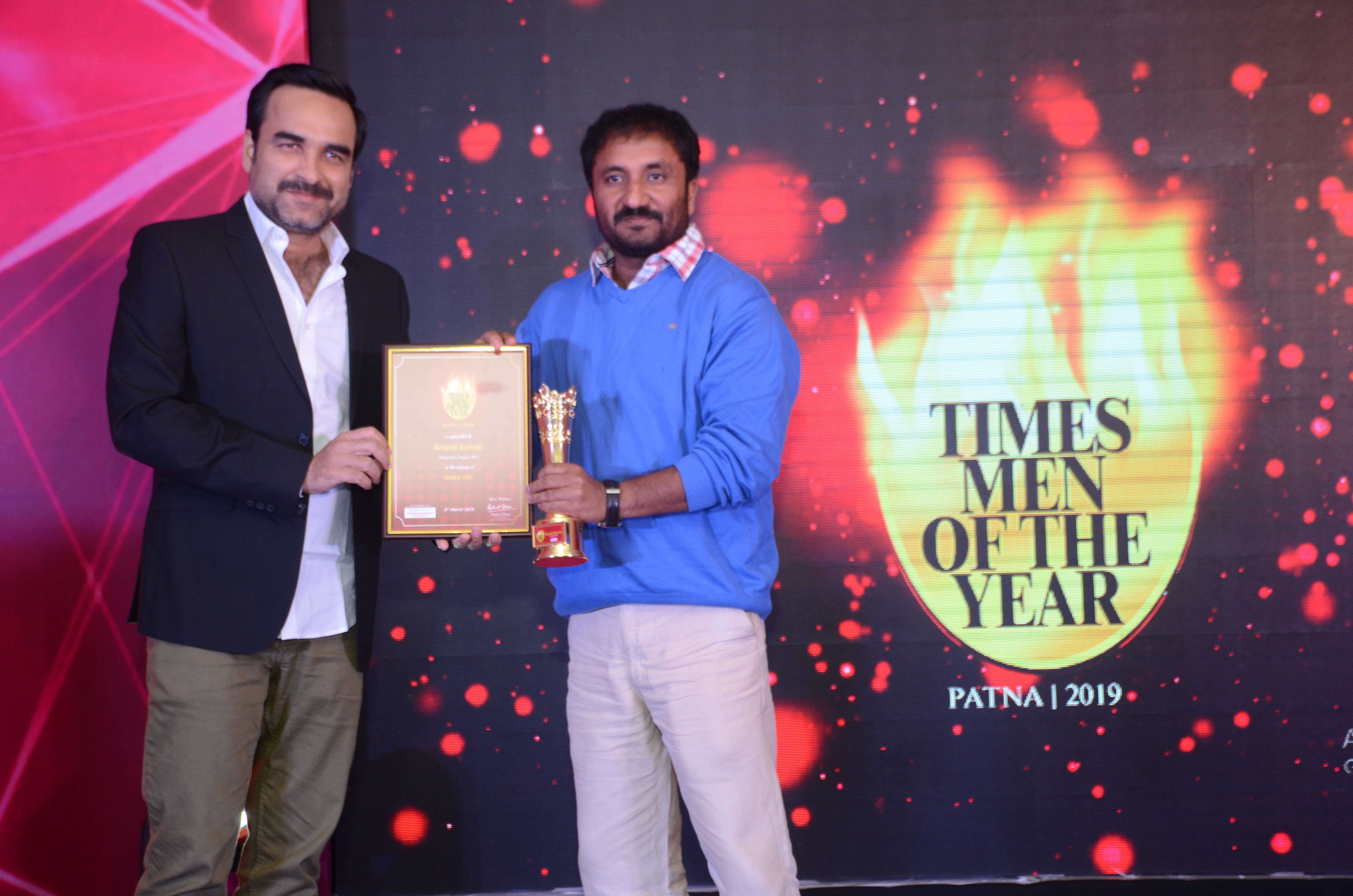 Anand Kumar Super 30, the Global Icon of Bihar receiving award from Pankaj Tripathi