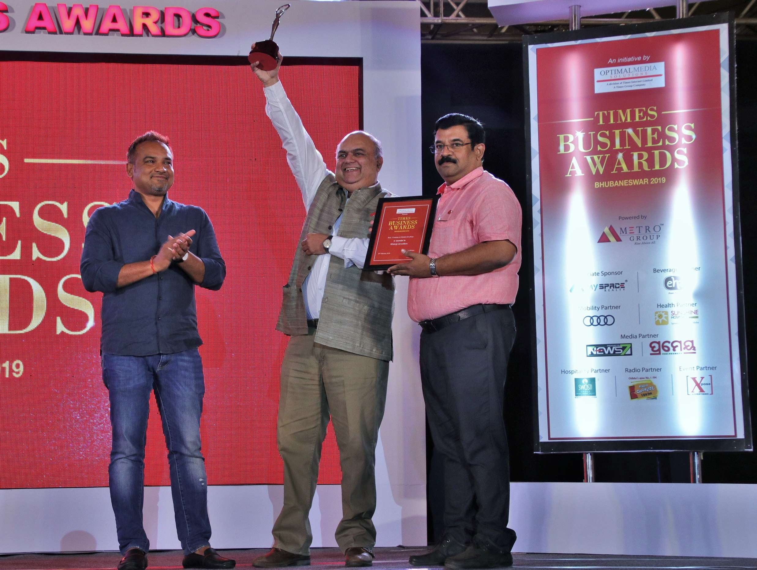 Bobby Naik (middle), CEO Khimji Jewellers recieving award from Nila Madhab Panda