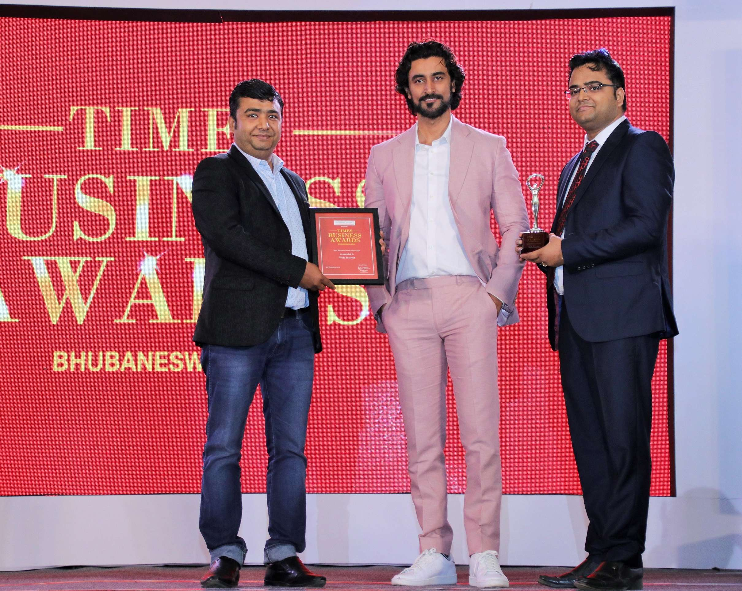 Nitin Agrawal (L) , MD, Prashant Agrawal (R), Director of Wefe Internet recieving award from Kunal Kapoor