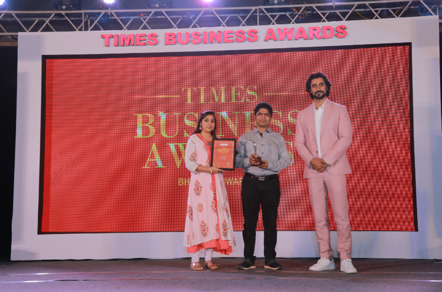 Sonal Agarwal and Abhisek Agrawal, managing partners of OGA Homes receives award from Kunal Kapoor