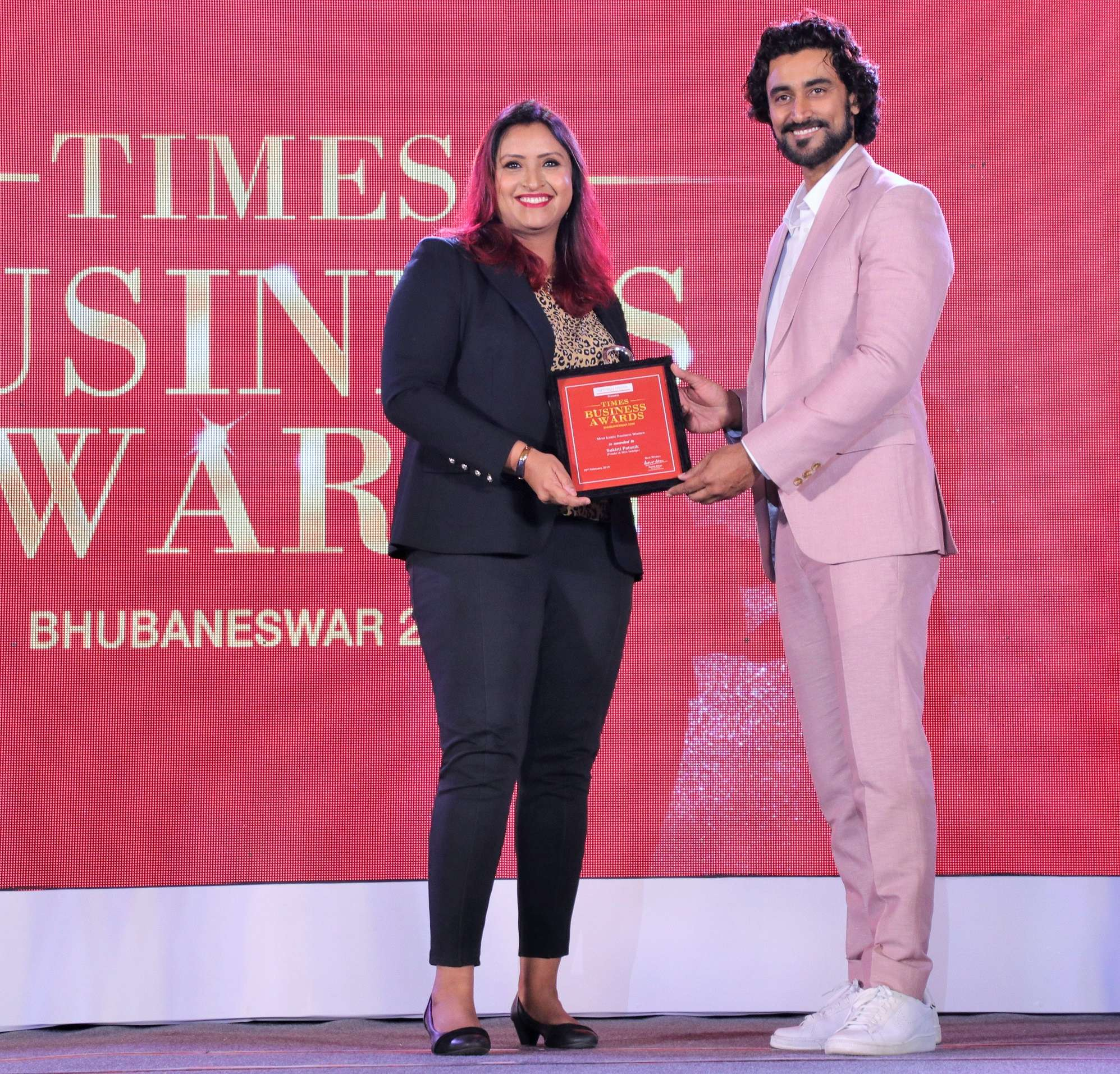 Sukirti Patnaik, founder and MD, Indulge recieving award from Kunal Kapoor