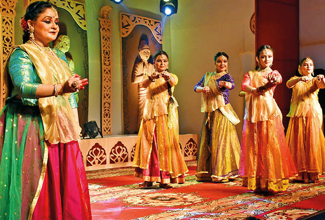 Vidhi Nagar along with her Kathak dance group (BCCL/ Arvind Kumar)