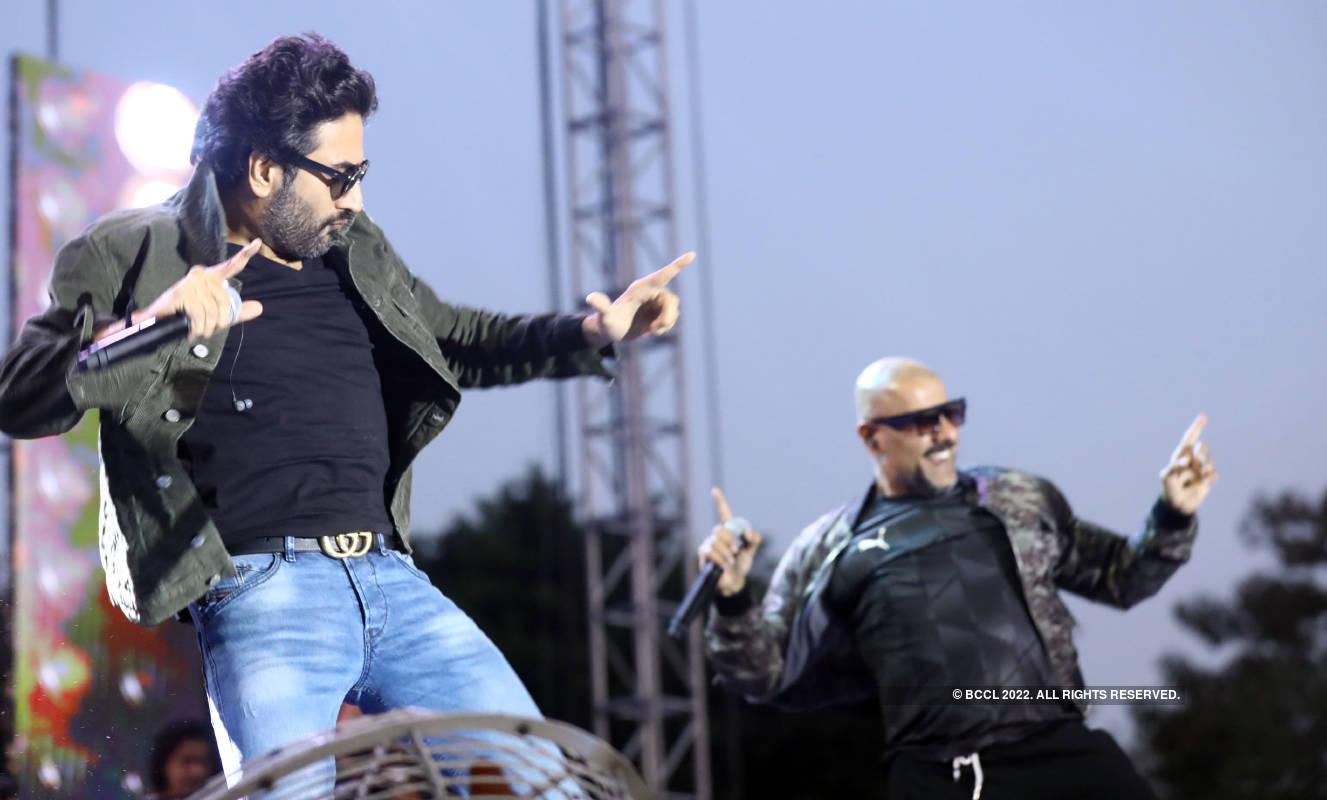 Vishal Dadlani and Shekhar Ravjiani perform at Hindu College
