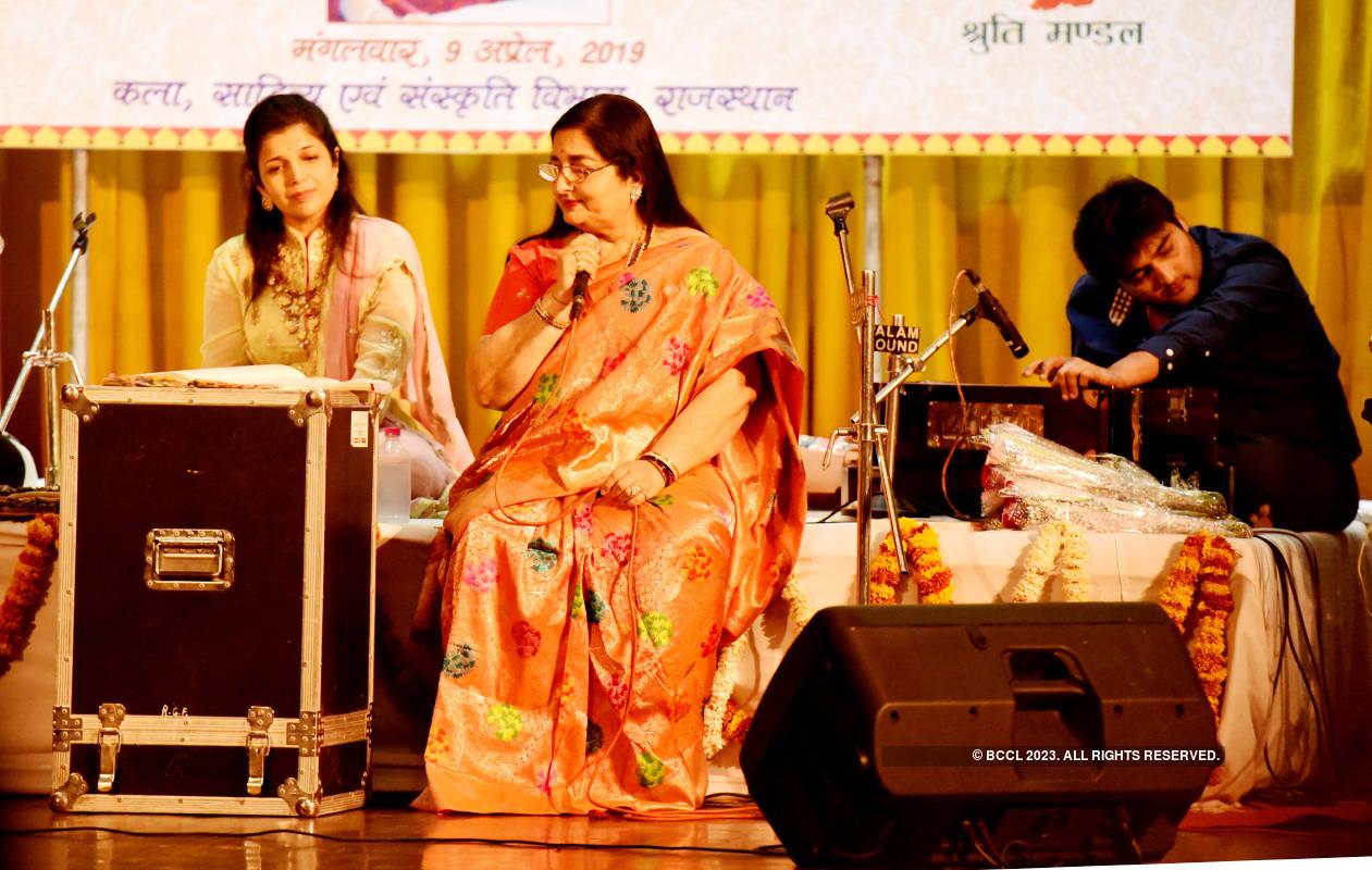Anuradha Paudwal performs at Mala Mathur Smriti Sangeet Sandhya