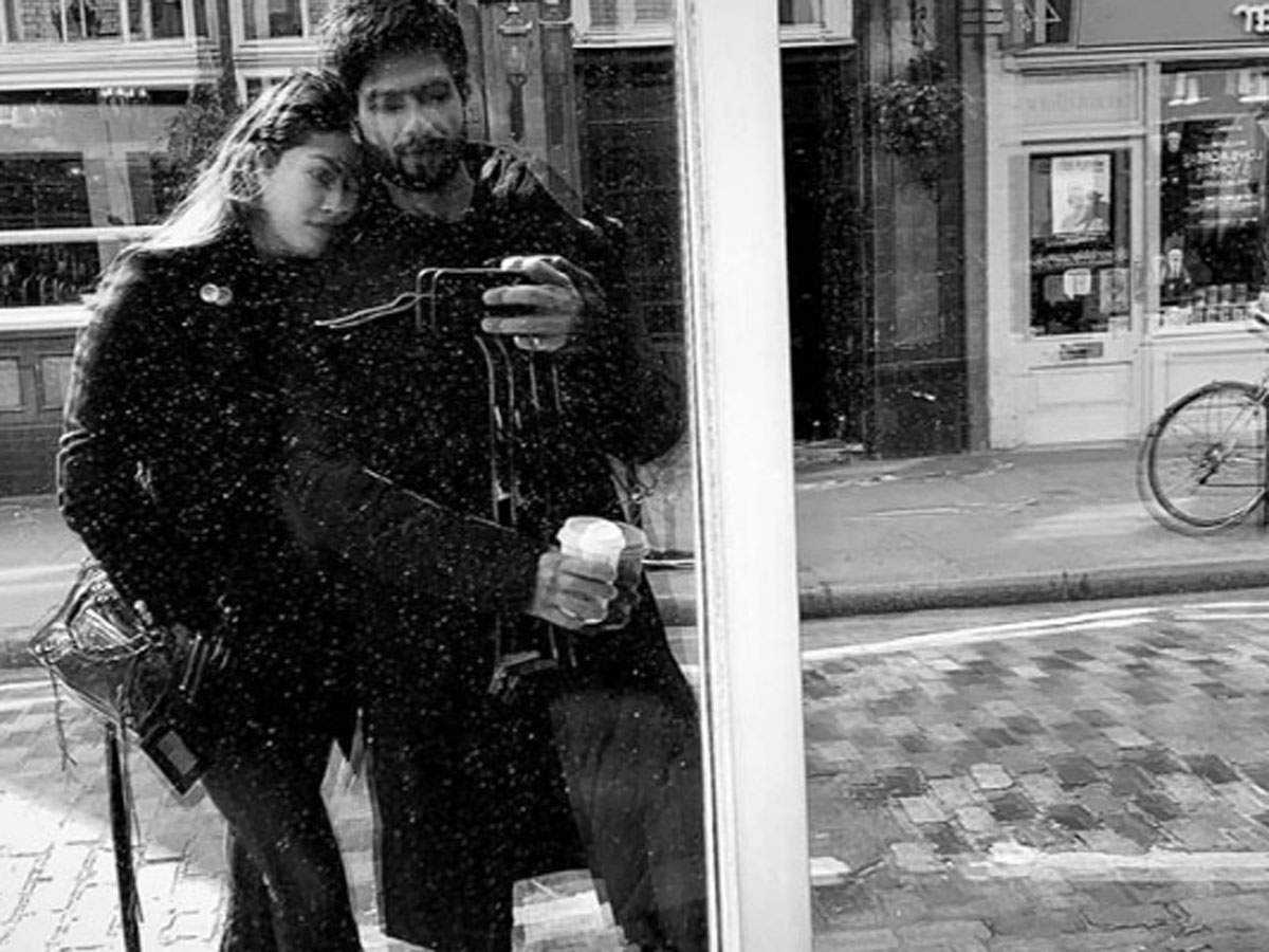 ​The latest monochrome mirror selfie by Shahid Kapoor and Mira Rajput screams 'love'