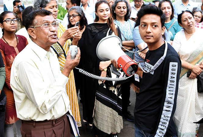 PK Ghosh (L) leading the heritage walk (BCCL/ Farhan Ahmad Siddiqui)