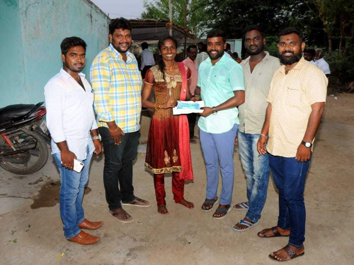Namma Ooru Hero show host Vijay Sethupathi presents Rs. 5 lakhs to Gomathi Marimuthu - Fan club
