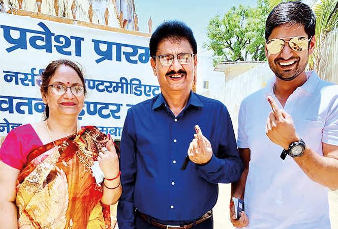 Amit (R) with his parents (BCCL/ Vishnu Jaiswal)