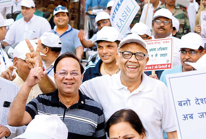 Santosh Agrawal (R) with his friend at the walakthon (BCCL/ Arvind Kumar)