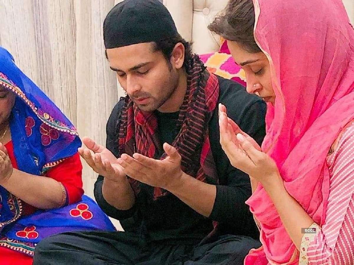 Bigg Boss 12 winner Dipika Kakar prays with husband Shoaib during