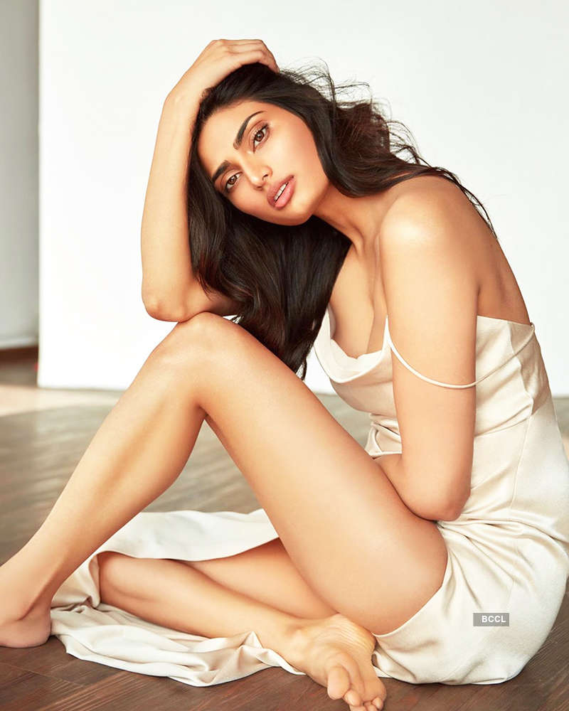 Suneil Shetty's daughter Athiya Shetty turns up the heat with her glamorous pictures
