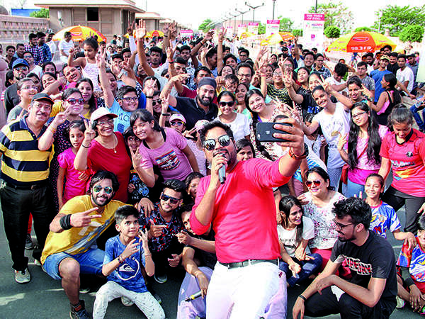 Emcee Shadab clicking a selfie with the crowd at Happy Streets (BCCL/ Aditya Yadav)