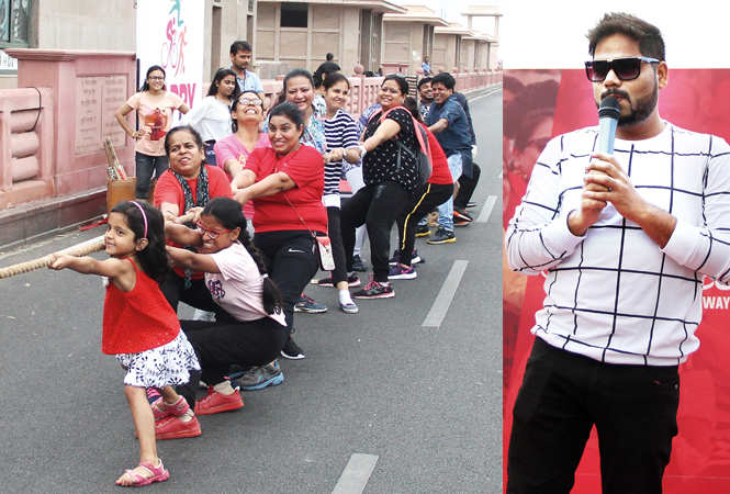 (L) Participants during the tug of war game (R) Emcee Shadab (BCCL/ Aditya Yadav)