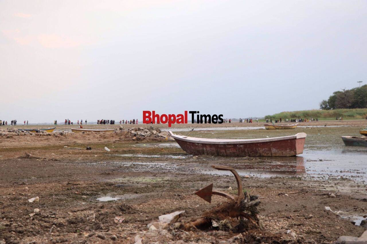 boats in no water in Bhopal lake.