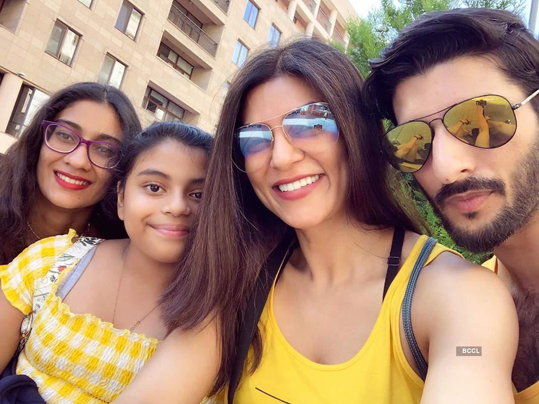 Sushmita Sen's 'Family Selfie' with beau Rohman Shawl & daughters