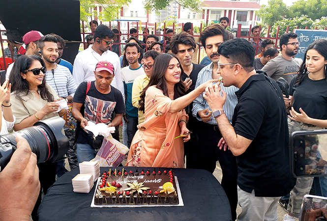 Bhumi celebrating her birthday on the sets of the movie Pati, Patni Aur Woh in Lucknow with Kartik Aaryan, Ananya Pandey and producer Bhushan Kumar (BCCL/ Aditya Yadav)