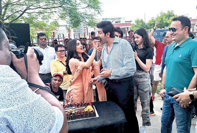 Bhumi celebrating her birthday on the sets of the movie Pati, Patni Aur Woh in Lucknow (BCCL/ Aditya Yadav)