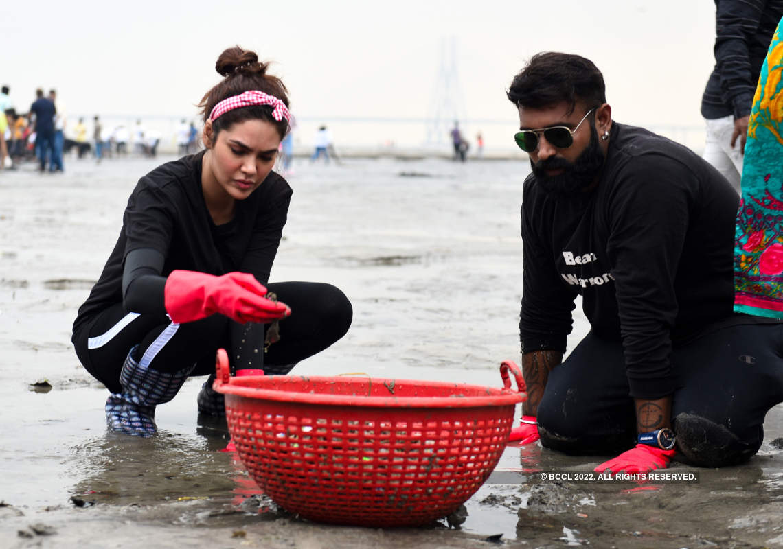 Esha Gupta participates in a beach cleaning campaign