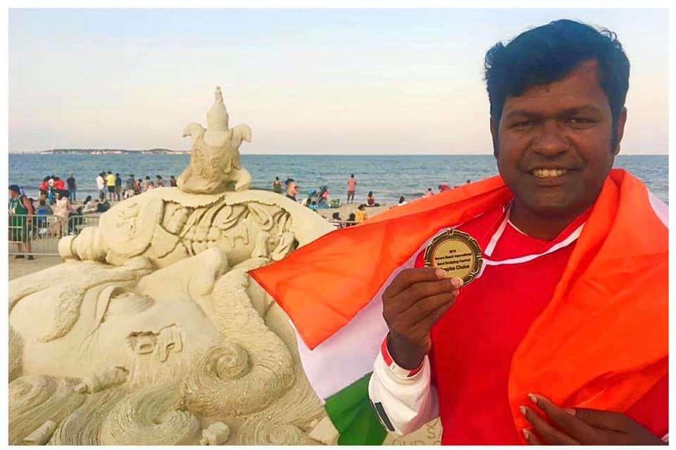 Sudarsan with medal at Boston int sandart fest