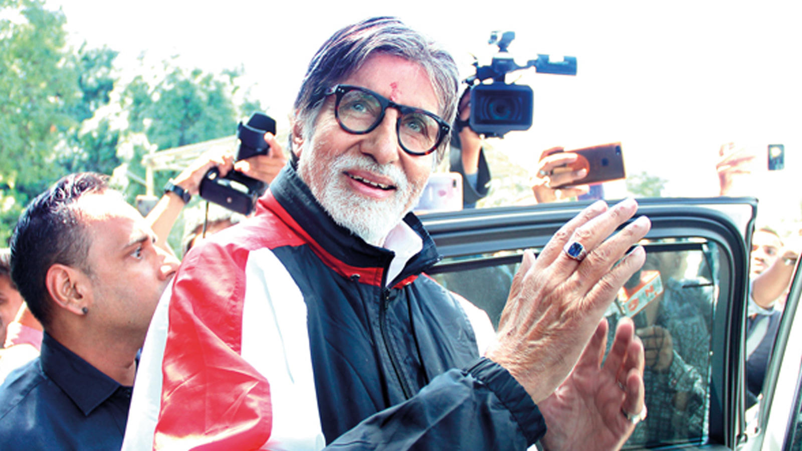 Amitabh Bachchan's special gesture for the crew of Gulabo Sitabo in Lucknow