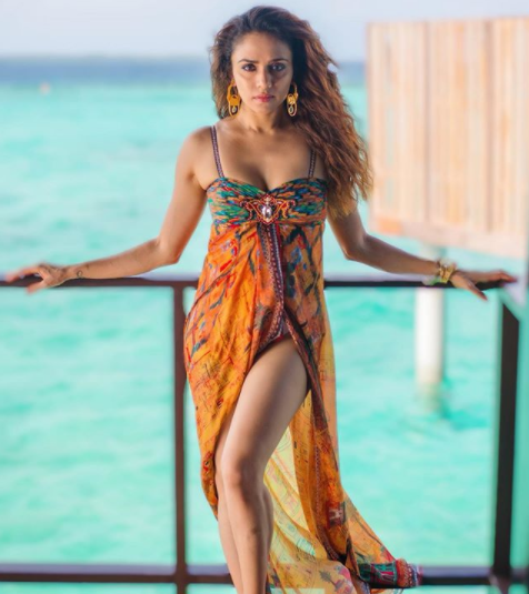 Beaches and maxi dresses go hand in hand, go for multi-coloured and bright shade flowy maxi dresses to look fabulous on those sparkling clean beaches.