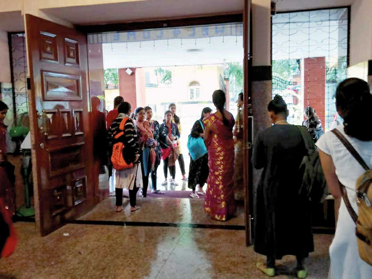HT03_WAITING_COLLEGE_INSIDE