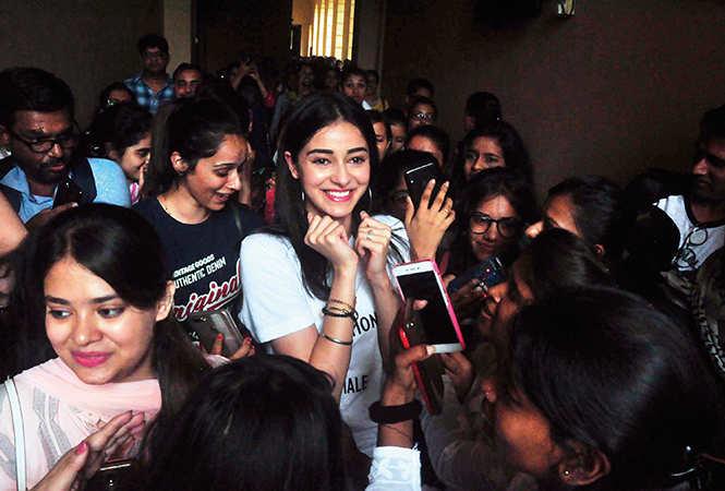 Ananya posing for selfies with the girls (IBCCL/ Aditya Yadav)