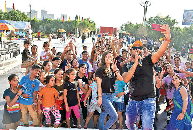 RJ Tripti & Emcee Shadab Anees clicking a selfie with the crowd (BCCL/ Farhan Ahmad Siddiqui)