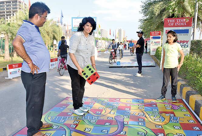 Kranti and Archana Singh playing snake & ladder (BCCL/ Farhan Ahmad Siddiqui)